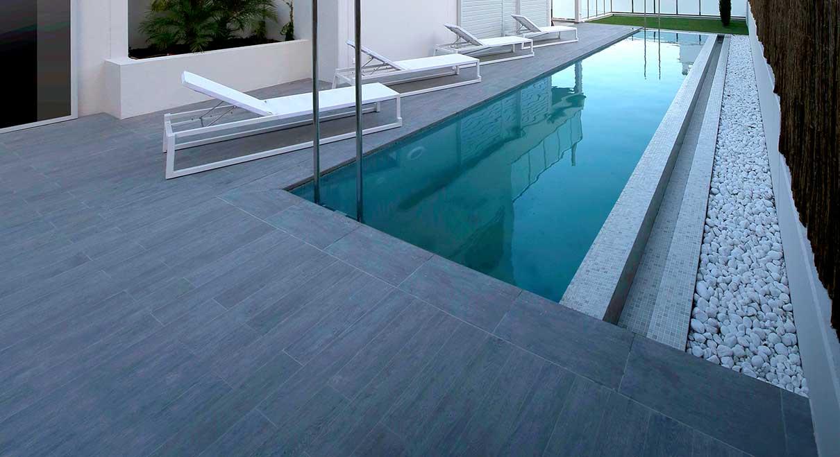 rosa-gres-piscina-madera-privada-02