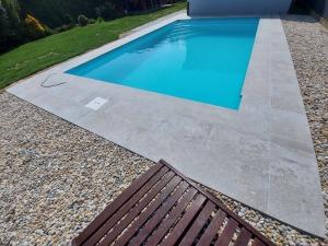 murovaný bazén s modrou fóliou